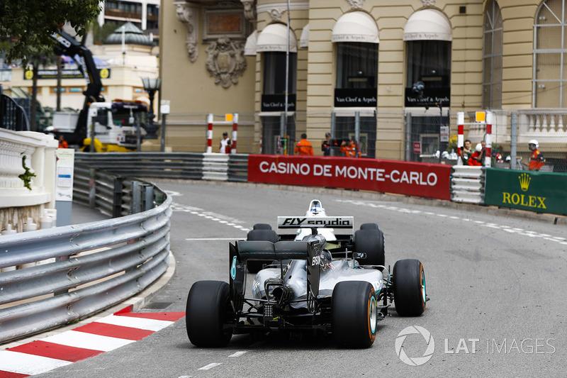 Keke Rosberg devant son fils Nico Rosberg alors qu'il font le tour du circuit dans les monoplaces avec lesquelles ils ont été champions