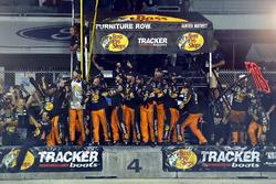Sieger- und Meisterjubel bei der Crew von Martin Truex Jr., Furniture Row Racing