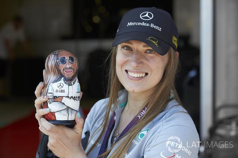 Un fan de Mercedes sostiene una muñeca de figurita matryoshka de Lewis Hamilton