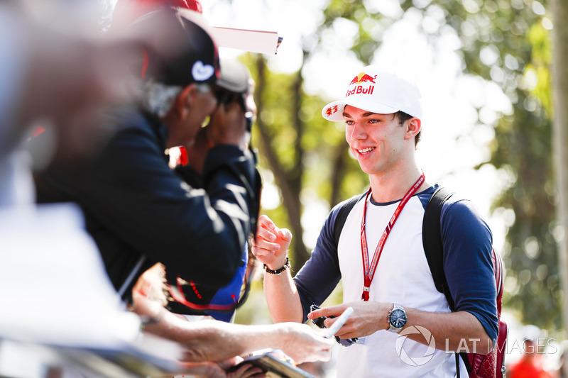 Pierre Gasly, Toro Rosso, firma un autografo