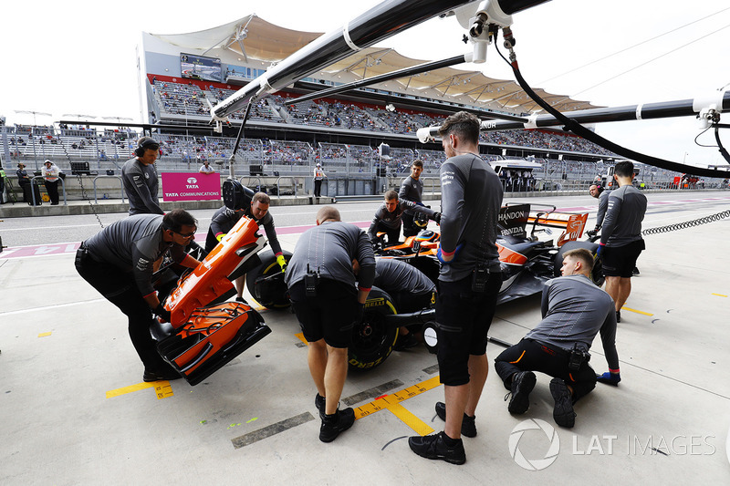 La práctica del equipo McLaren una nariz cambia en los boxes en el coche de Fernando Alonso, McLaren MCL32