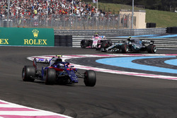 Pierre Gasly, Scuderia Toro Rosso STR13 with broken front wing on lap one