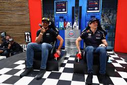 Un fanático de la carrera se enfrenta a Max Verstappen, Red Bull Racing en un concurso televisivo