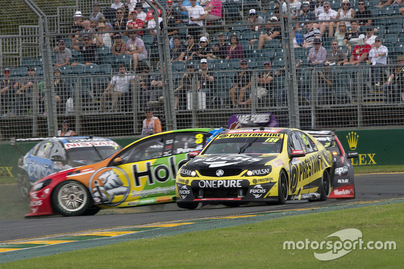 Unfall: Nick Percat, Brad Jones Racing, Holden; Lee Holdsworth, Team 18, Holden