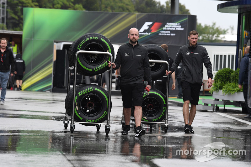 McLaren mechanics, Pirelli tyres
