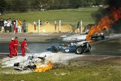 Авария BRM Джеки Оливера и Ferrari Жаки Икса. Мимо проезжает Джеки Стюарт