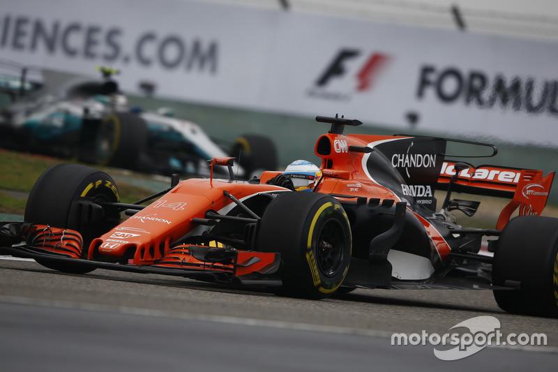 Fernando Alonso, McLaren MCL32, leads Valtteri Bottas, Mercedes AMG F1 W08