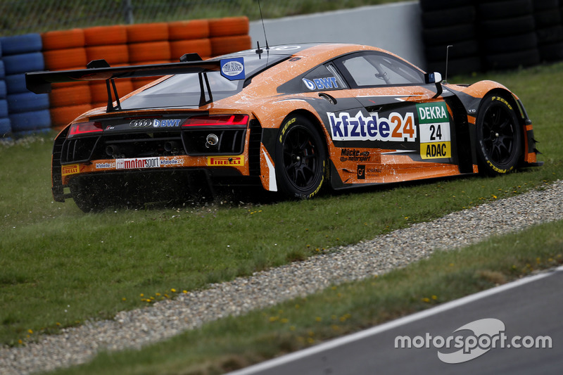 #24 BWT Mücke Motorsport, Audi R8 LMS: Filip Salaquarda, Markus Winkelhock fährt über die Wiese