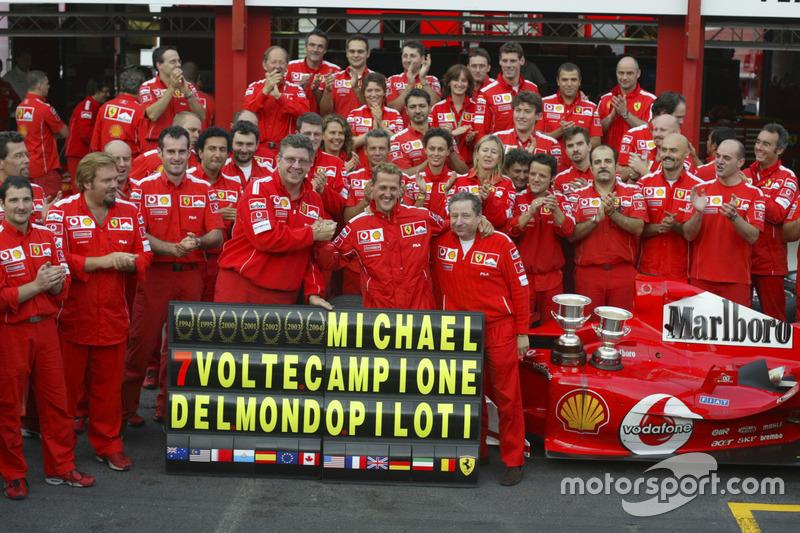 Міхаель Шумахер, Ferrari F2004, святкує з командою Ferrari завоювання сьомого титулу