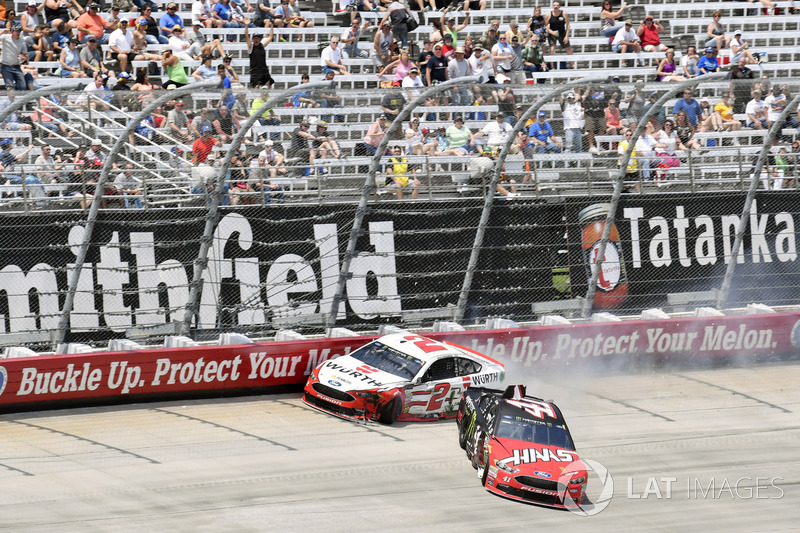 Crash: Brad Keselowski, Team Penske, Ford; Kurt Busch, Stewart-Haas Racing, Ford