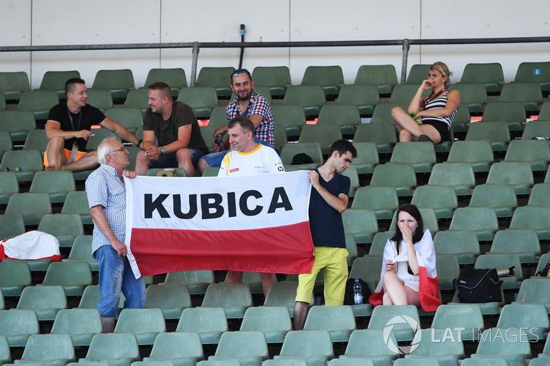 Болельщики с баннерами в поддержку Роберта Кубицы