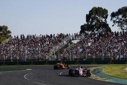 Sergio Pérez, Force India VJM10 y Stoffel Vandoorne, McLaren MCL32