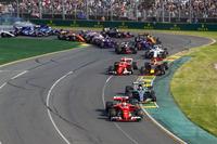 Sebastian Vettel, Ferrari SF70H, voor Valtteri Bottas, Mercedes AMG F1 W08, Kimi Raikkonen, Ferrari SF70H, Max Verstappen, Red Bull Racing RB13, en de rest van het veld