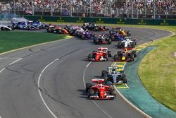 1. Kurve: Sebastian Vettel, Ferrari SF70H; Valtteri Bottas, Mercedes AMG F1 W08; Kimi Räikkönen, Ferrari SF70H; Max Verstappen, Red Bull Racing RB13