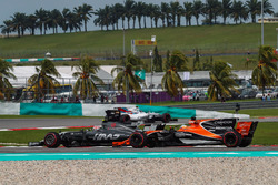 Kevin Magnussen, Haas F1 Team VF-17 and Fernando Alonso, McLaren MCL32 battle