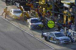 Kevin Harvick, Stewart-Haas Racing Ford, Kyle Busch, Joe Gibbs Racing Toyota, Joey Logano, Team Penske Ford