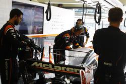 Команда McLaren работает с машиной Фернандо Алонсо, McLaren MCL32