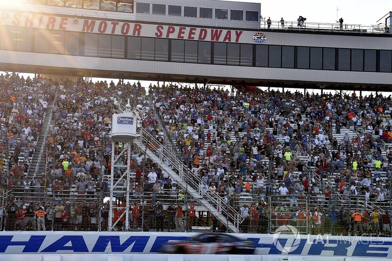 Denny Hamlin, Joe Gibbs Racing Toyota toma la bandera a cuadros