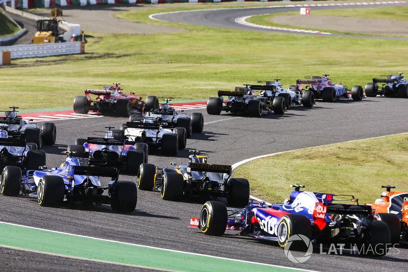 Старт гонки: Джолион Палмер, Renault Sport F1 Team RS17, Маркус Эрикссон, Sauber C36, Фернандо Алонсо, McLaren MCL32, и Карлос Сайнс-мл.., Scuderia Toro Rosso STR12