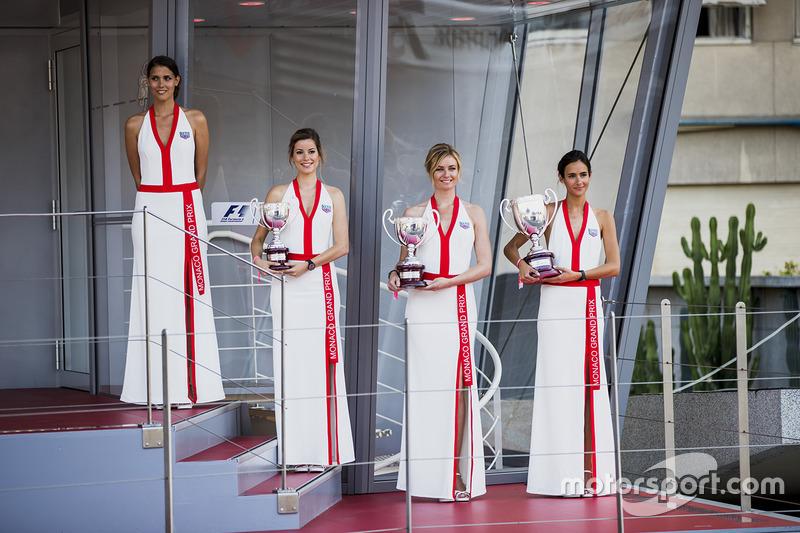 Chicas de la parrilla en el podio, con los trofeos