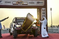 عبدالرحمن المناعي رئيس النادي القطري للسيارات والدراجات النارية يلوّح بالعلم للفائز بالمرحلة ناصرالعطية، رالي قطر الصحراوي