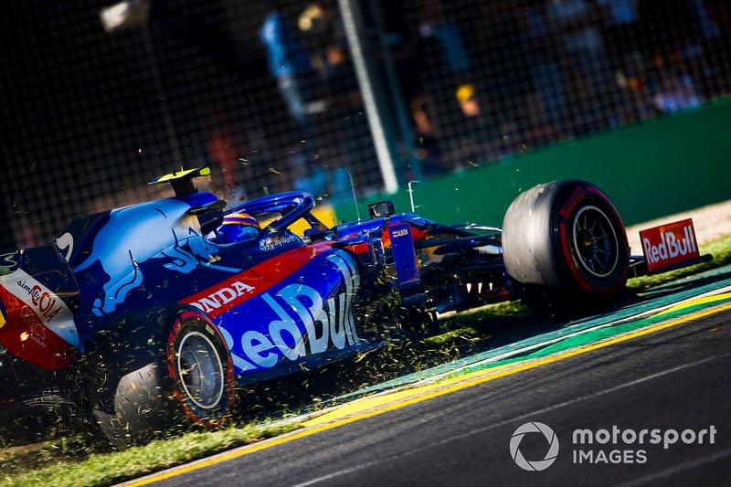 Alexander Albon, Toro Rosso STR14 dans l'herbe