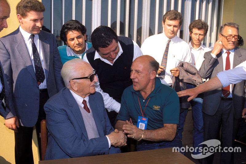 Enzo Ferrari avec Stirling Moss, lors de la parade des Mille Miglia à l'usine Scaglietti en 1987