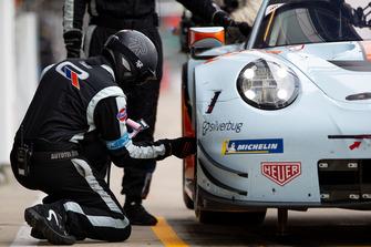 #86 Gulf Racing Porsche 911 RSR, mecánico en el trabajo