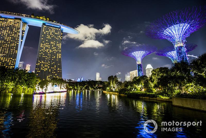 El hotel Marina Bay Sands y los jardines de Singapur iluminados