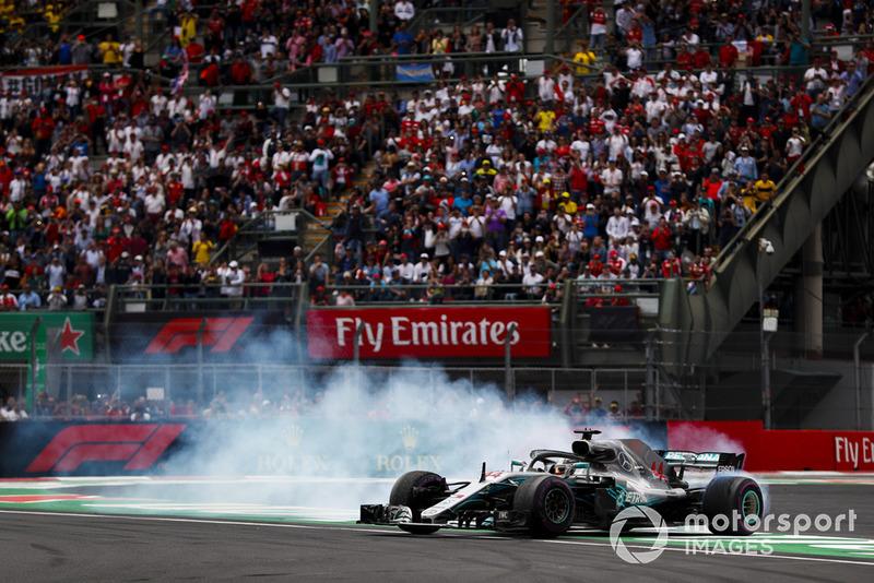 Lewis Hamilton, Mercedes AMG F1 W09 EQ Power+, celebra con donuts su título de campeón