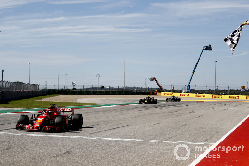 Kimi Raikkonen, Ferrari SF71H, melintasi bendera finis