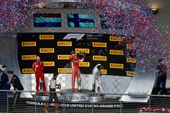 (Da sx a dx): Carlo Santi, ingegnere di pista Ferrari, Max Verstappen, Red Bull Racing, Kimi Raikkonen, Ferrari e Lewis Hamilton, Mercedes AMG F1 festeggiano con lo champagne, sul podio