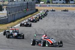 Pedro Piquet lidera pelotão em Taupo