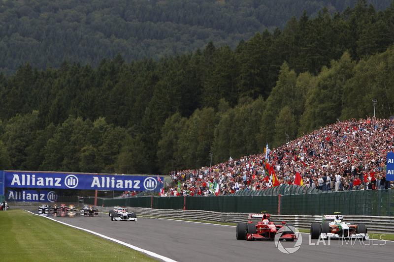 Polesitter Giancarlo Fisichella, Force India, verweert zich tegen Kimi Raikkonen, Ferrari (2009)
