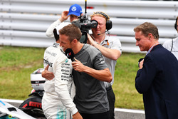 Pole pozisyonu sahibi Lewis Hamilton, Mercedes AMG F1 and Jenson Button