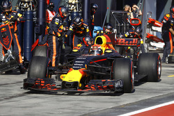 Max Verstappen, Red Bull Racing RB13, hace un pit stop