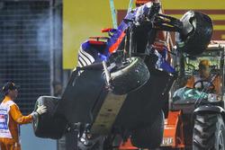 Marshals halen de gecrashte auto weg van Daniil Kvyat Scuderia Toro Rosso STR12