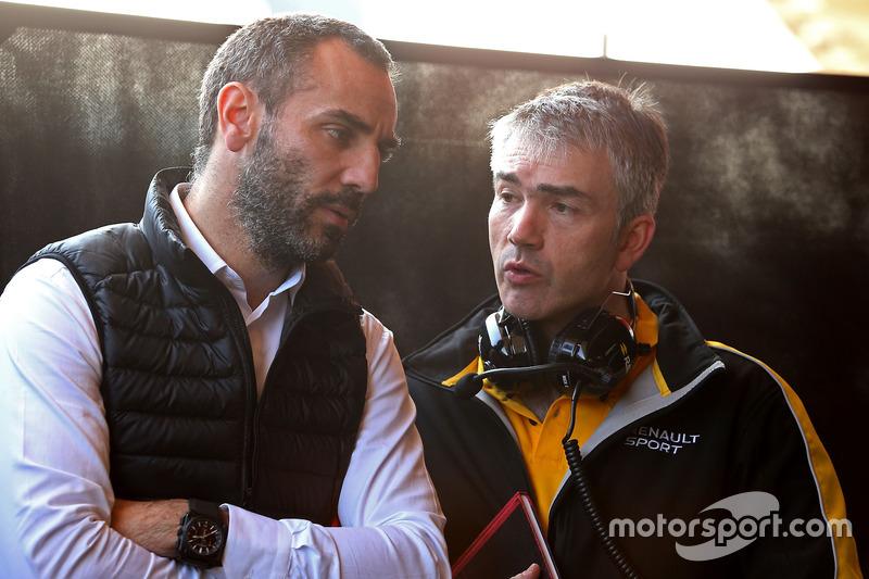 Cyril Abiteboul, Renault Sport F1 Team, Geschäftsführer; Nick Chester, Renault Sport F1 Team RS17,