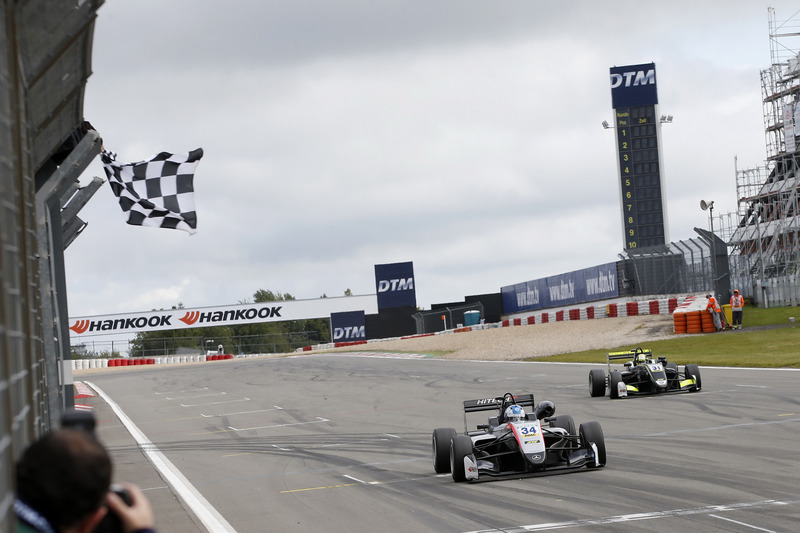 Checkered flag Jake Hughes, Hitech Grand Prix, Dallara F317 - Mercedes-Benz