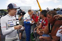 Brendon Hartley e Hans-Joachim Stuck firmano autografi