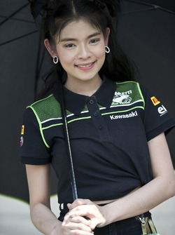Une charmante Kawasaki Puccetti Racing Girl