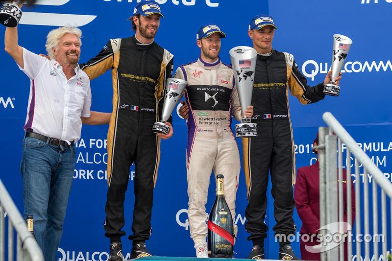 Podio: ganador Sam Bird, Virgen DS Racing, segundo lugar Jean Eric Vergne, Techeetah, tercer lugar S