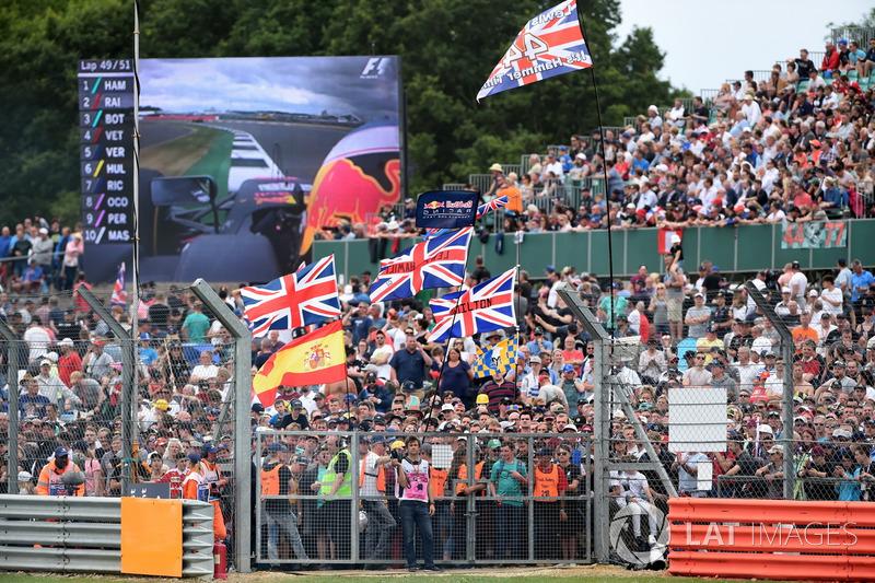Fans y banderas para Lewis Hamilton, Mercedes AMG F1 en tribuna