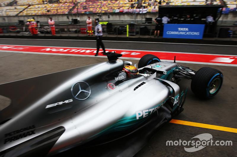 Lewis Hamilton, Mercedes AMG F1 W08, deja el garaje