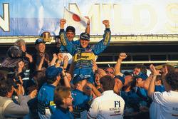 Ganador de la carrera y campeón del mundo Michael Schumacher, Benetton celebra con Flavio Briatore y el equipo