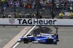 Гонщик Andretti Autosport Honda Такума Сато пересекает финшную черту в качестве победителя