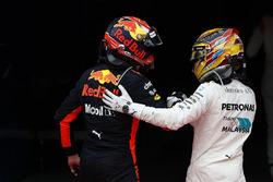 Tweede plaats Lewis Hamilton, Mercedes AMG F1, feliciteert Max Verstappen, Red Bull Racing, racewinnaar, in Parc Ferme