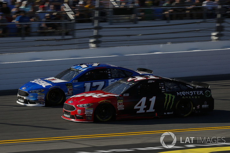 Ricky Stenhouse Jr., Roush Fenway Racing Ford Fusion,  Kurt Busch, Stewart-Haas Racing Ford Fusion