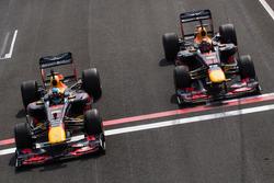 Daniel Ricciardo, RB7, en Max Verstappen, RB8, tijdens Jumbo Racedagen