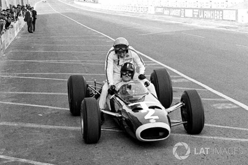 Reims 1966 : Graham Hill (BRM) ramène Peter Arundell (Lotus)